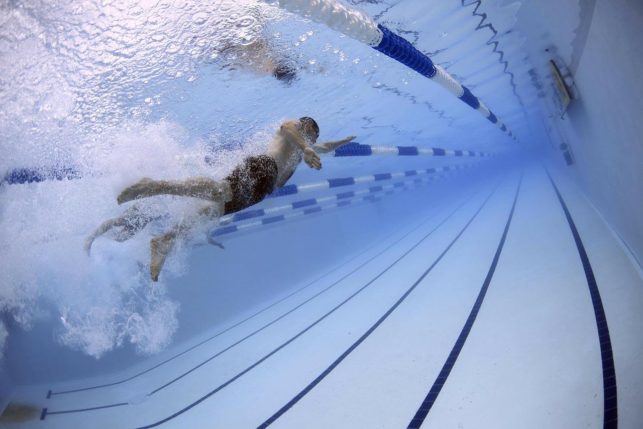 Nageur dans une piscine - prise de vue sous-marine